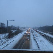 Naktį eismo sąlygas sunkins snygis ir plikledis