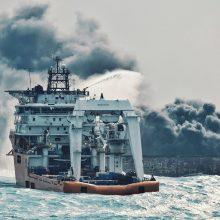 Prie Kinijos krantų ugniagesiai atnaujino degančio tanklaivio gesinimą