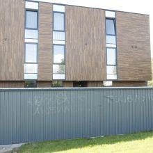 Po: šįsyk grafitininkams atsakomybės išvengti nepavyko – jie patys turėjo nuvalyti tvorą.