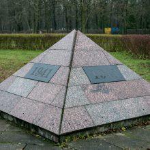 """Esmė: Seimo narių iniciatyvai tapus įstatymu, pašalinti iš Aukštųjų Šančių karių kapinių šią čia buvusio memorialo sovietiniams kariams-""""Lietuvos išvaduotojams"""" liekaną, anot idėjos autorių, būtų lengviau."""