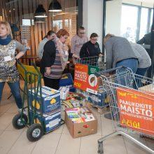 centruose žmonės ne tik atneša maisto produktų, bet ir dėkoja už reikalingą jų darbą.