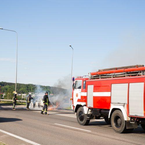 Ant Č. Radzinausko tilto užsidegė automobilis