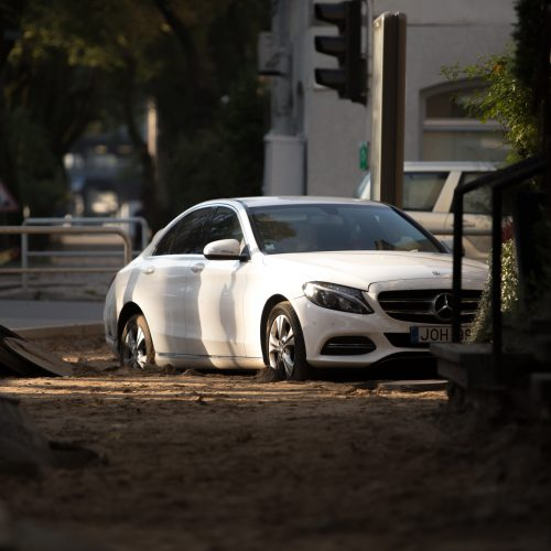 """Prabangus """"Mercedes"""" kliudė pastato sieną"""
