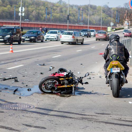 Motociklininko avarija Karaliaus Mindaugo pr.  © Vilmanto Raupelio nuotr.