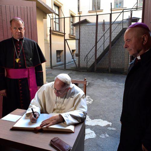 Popiežius Vilniuje pagerbė nacių ir sovietų aukas  © Scanpix nuotr.
