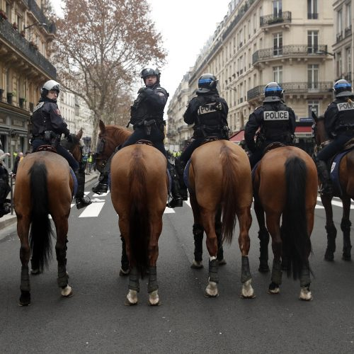 """""""Geltonųjų liemenių"""" protestai Paryžiuje  © EPA-ELTOS ir Scanpix nuotr."""