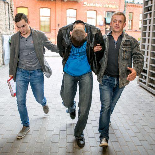 Įtariamasis pareigūnų sužalojimu atvežtas į teismą  © Vilmanto Raupelio nuotr.