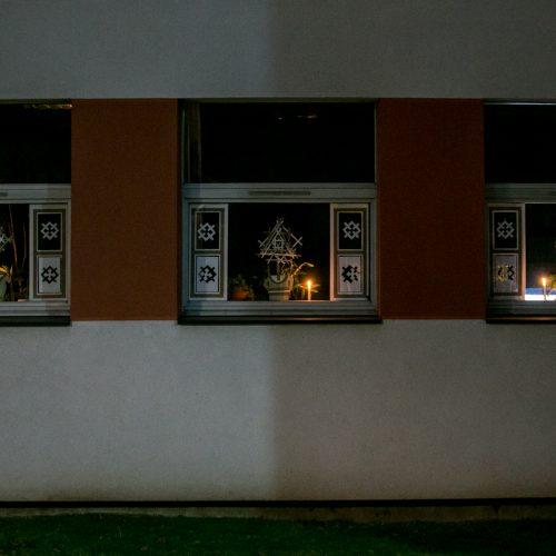 Moksleiviai mini sausio 13-ąją uždegdami žvakutes  © Vilmanto Raupelio nuotr.