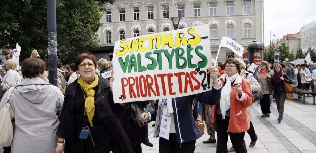 Tėvai telkiasi į streikuojančių mokytojų palaikymo žygį