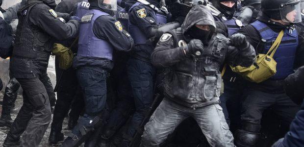 Per riaušes prie Ukrainos parlamento nuo ašarinių dujų nukentėjo 20 žmonių