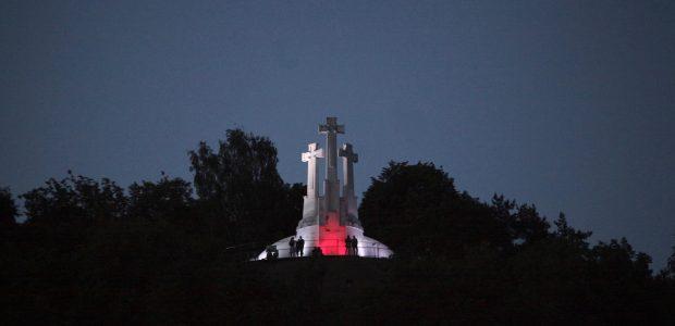 Vilnius sveikina Sakartvelą: tiltai ir Trys kryžiai nušvito raudonai