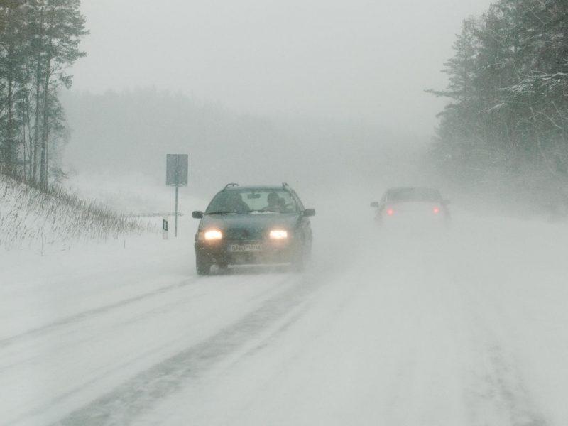 Pasirinkite saugų greitį: vietomis eismo sąlygos išlieka sudėtingos