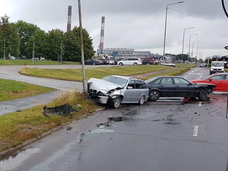 """Taikos prospekte neišsiteko BMW ir """"Audi"""", kliudytas ir stulpas"""