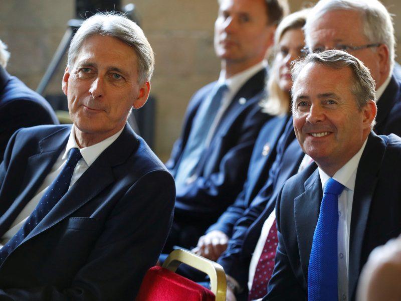 """Dėl """"Brexit"""" kritikuojama Britanijos vyriausybė demonstruoja vienybę"""