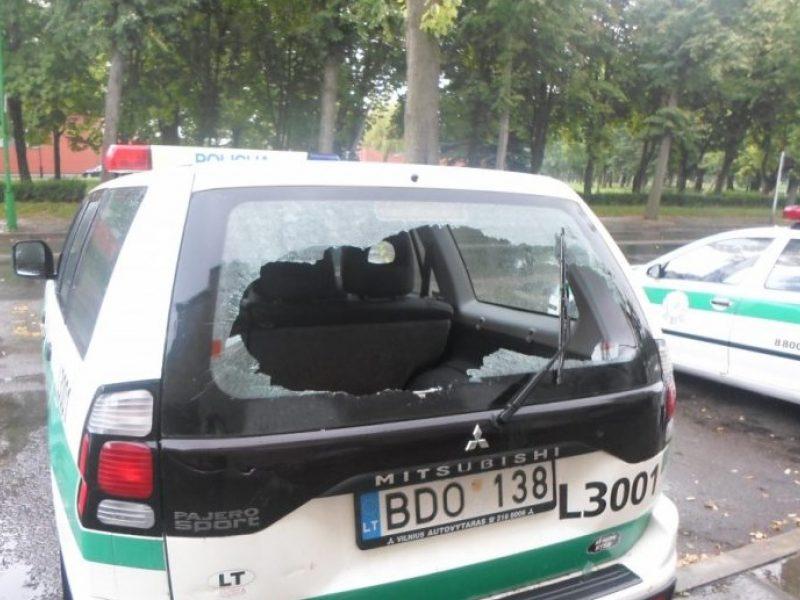 Marijampolėje užkliuvo policijos automobilis – suskaldė langą