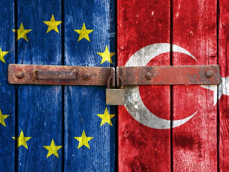 ES siūlo Turkijai palengvinti pabėgėlių naštą mainais į griežtesnę sienų kontrolę