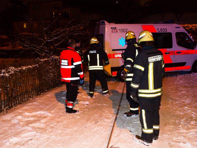 Ugniagesiai padėjo įklimpusiam medikų automobiliui