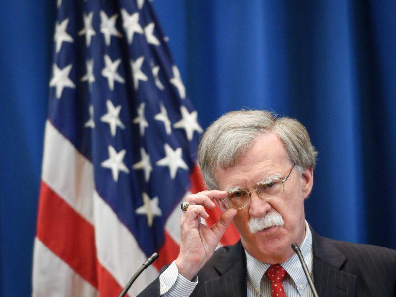 J. Boltonas: JAV padės Ukrainai atremti Rusijos kišimąsi per rinkimus