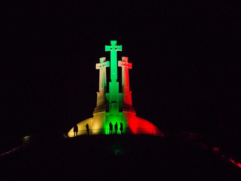 Vilniaus savivaldybė neleido apšviesti Trijų kryžių kalno Ukrainos vėliavos spalvomis