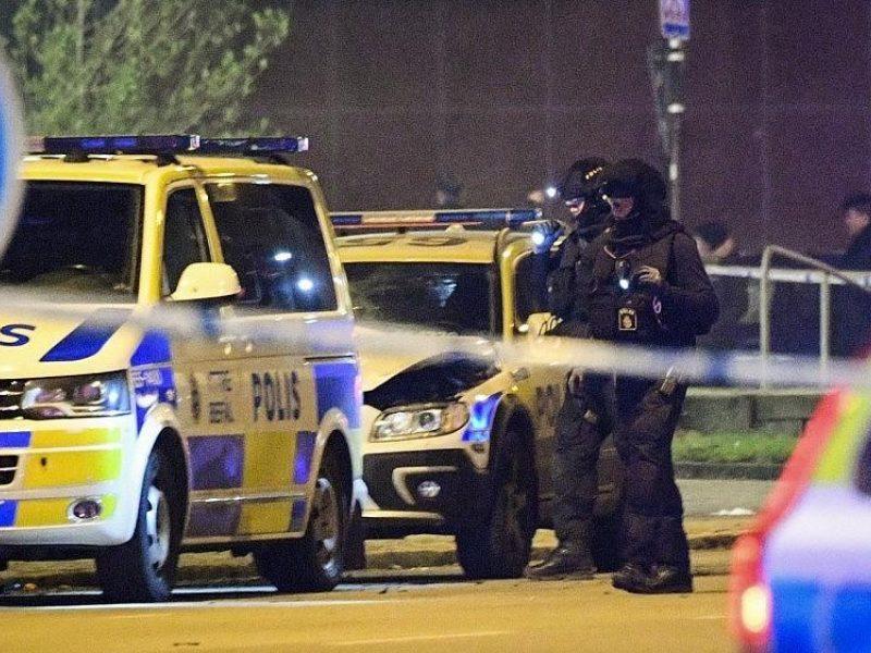 Švedija: trys policininkai nukentėjo, kai į jų automobilį rėžėsi furgonas