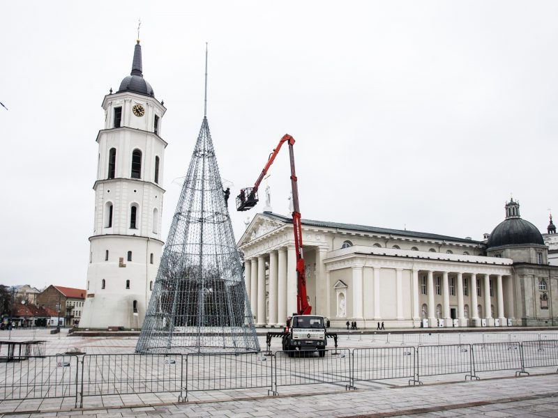 Katedros aikštėje ruošiama Kalėdų eglė