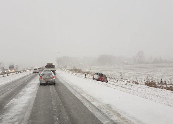 Dėl sniego ir ledo nuo kelių lakstė dešimtys automobilių
