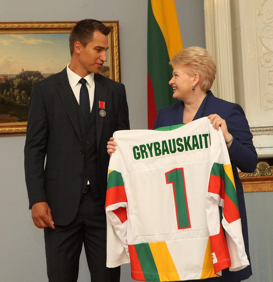 Prezidentė įteikė valstybės apdovanojimą ledo ritulininkui D. Zubrui