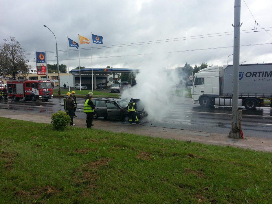 Degantis automobilis Vilniuje sukėlė spūstis