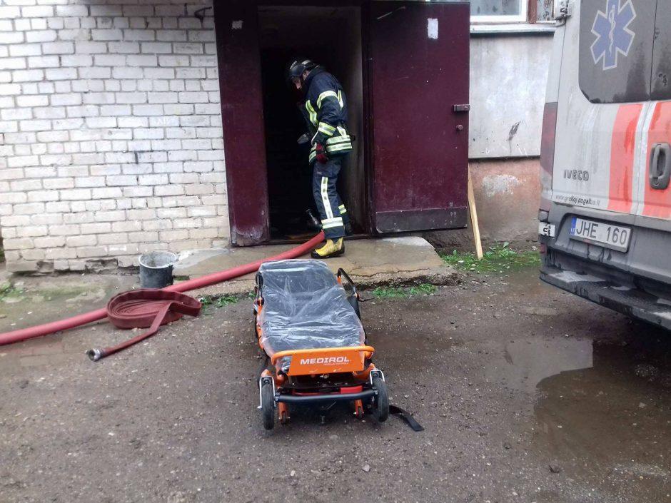 Iš degančio buto Aleksote išneštas vyras neišgyveno