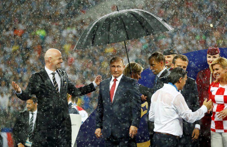 Per iškilmingą futbolo čempionato finalo momentą – skėtis tik V. Putinui