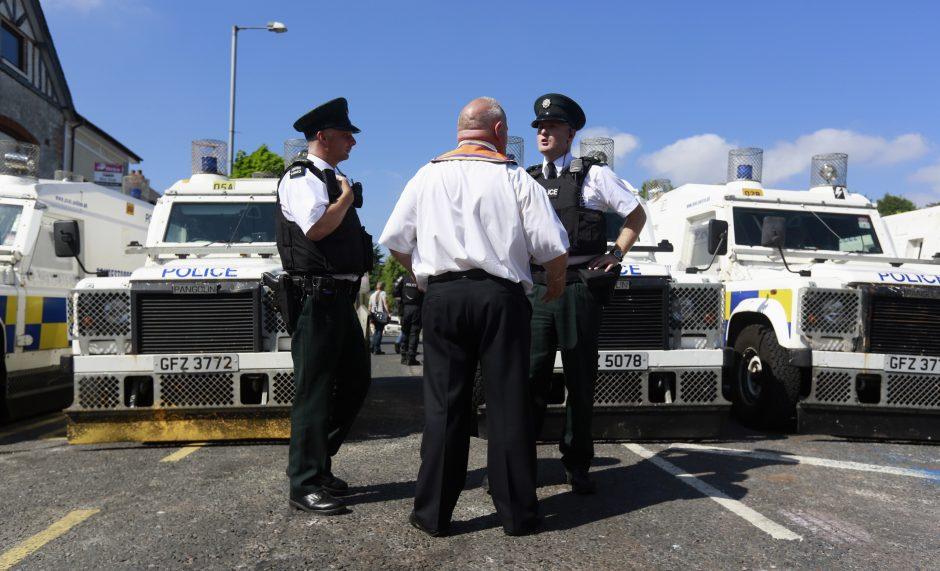 Tarpkonfesinio smurto protrūkis Šiaurės Airijoje: sužeisti 8 britų policininkai