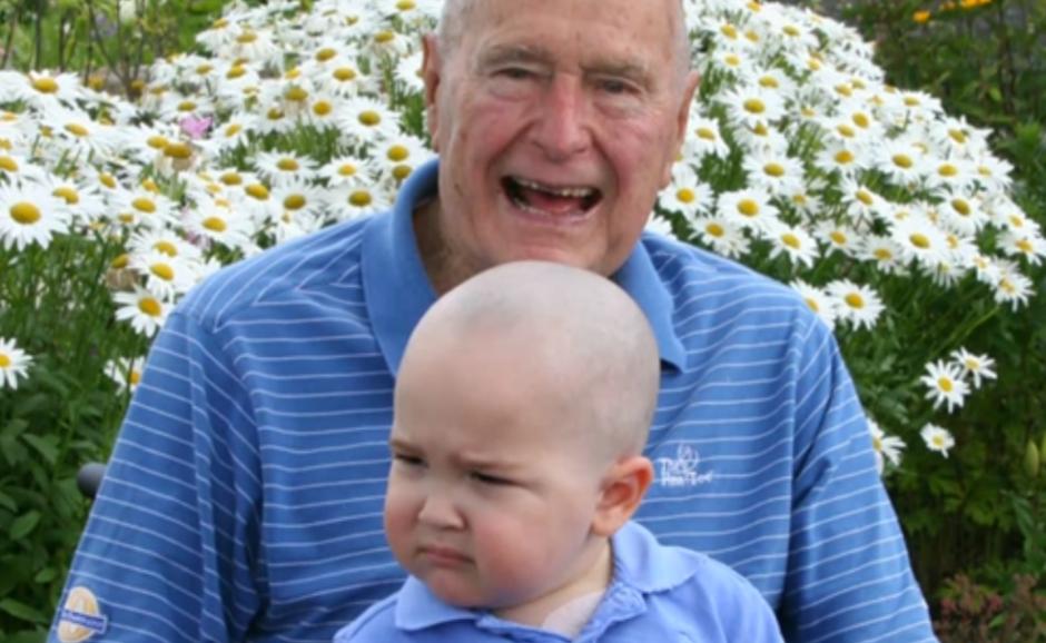 G. H. W. Bushas nusiskuto galvą: už solidarumą su vėžiu sergančiais vaikais