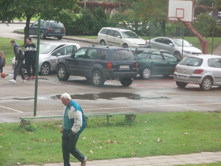 Krepšinio aikštelę klaipėdiečiai užstatė automobiliais