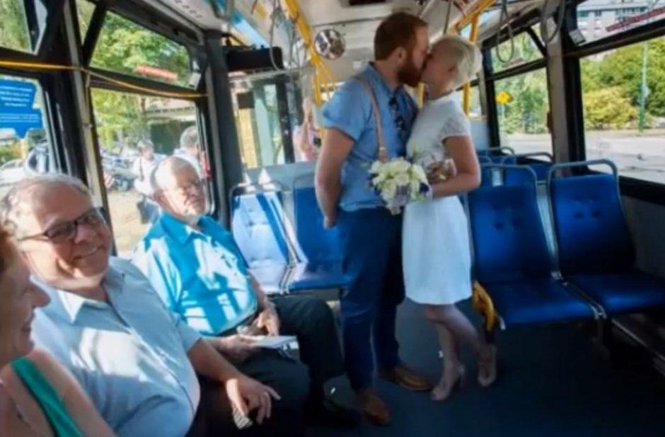 Įsimylėjėliai susituokė maršrutiniame autobuse