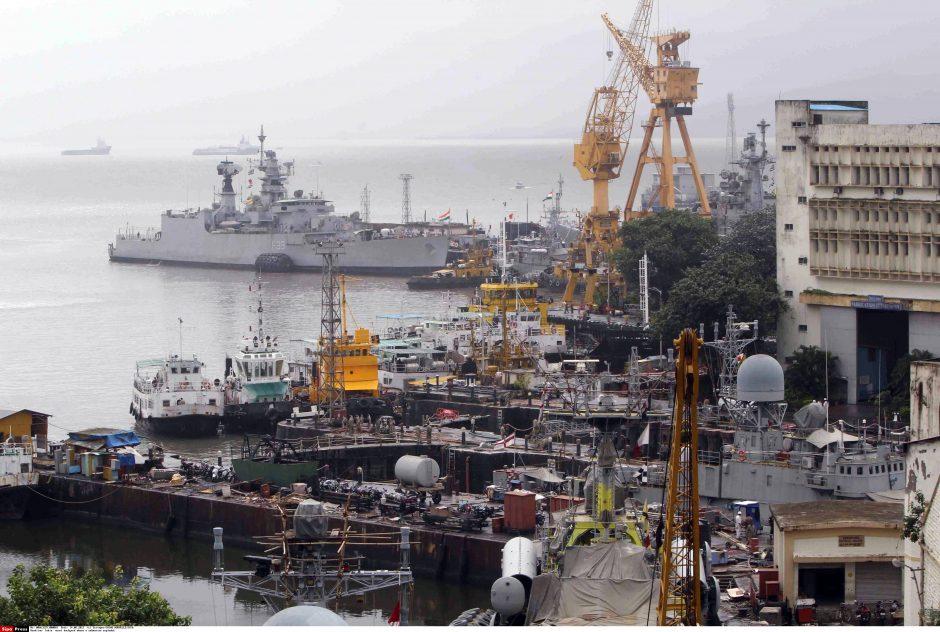 Indijoje mėginama iškelti po sprogimo nuskendusį povandeninį laivą