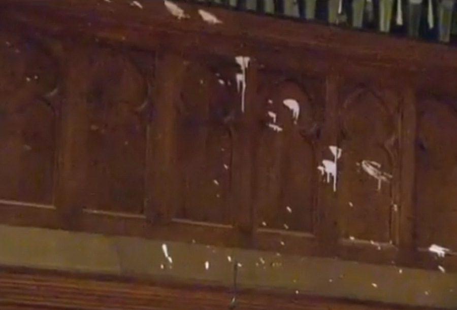 Vašingtono katedrą galimai dažais aplaisčiusiai moteriai pateikti kaltinimai dėl vandalizmo