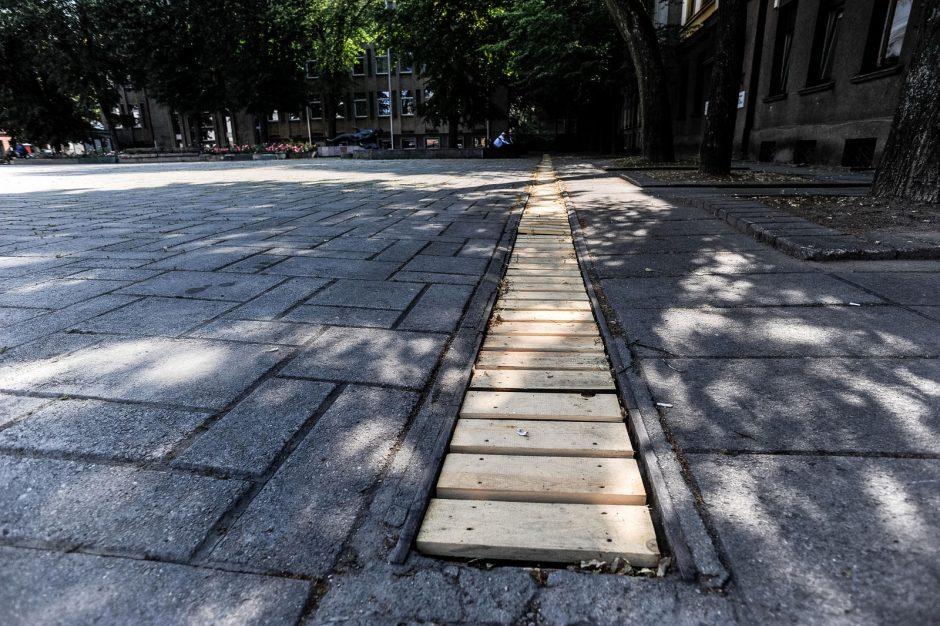 Miesto centre pavogtos metalinės grotelės pakeistos medinėmis