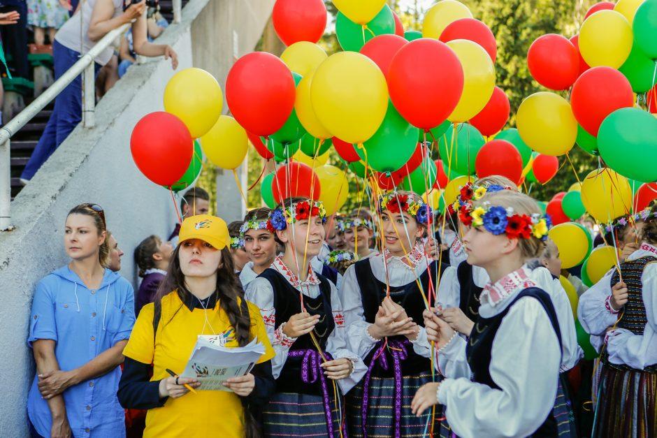 Vasaros estradoje liejosi liaudies dainos ir muzika