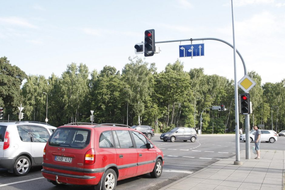 Šviesoforas Liepojos ir P. Lideikio gatvių sankryžoje švies ryškiau