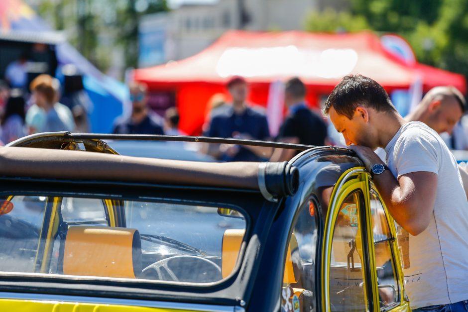Džiazuojančią Klaipėdą papuošė išskirtiniai automobiliai