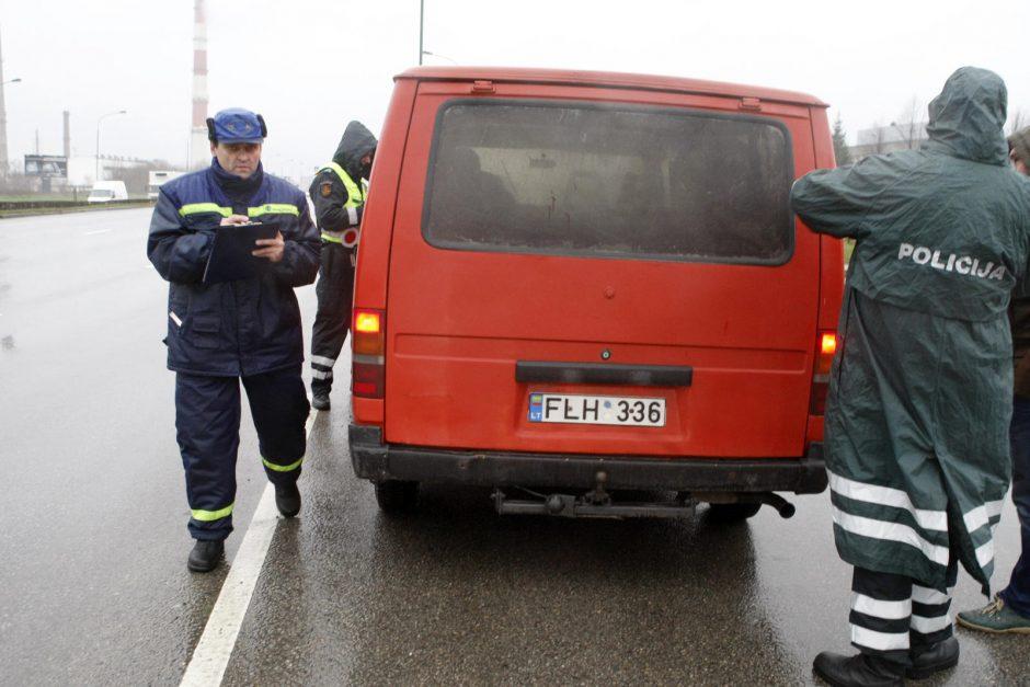 """Taksistas - be pažymėjimo, jo mašina – """"plikomis"""" padangomis"""