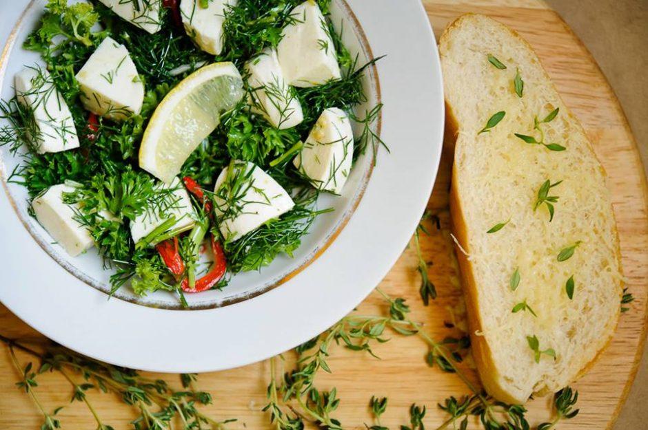 Mocarelos salotos su prieskoninėmis žolelėmis ir čili pipirais (originalus receptas)