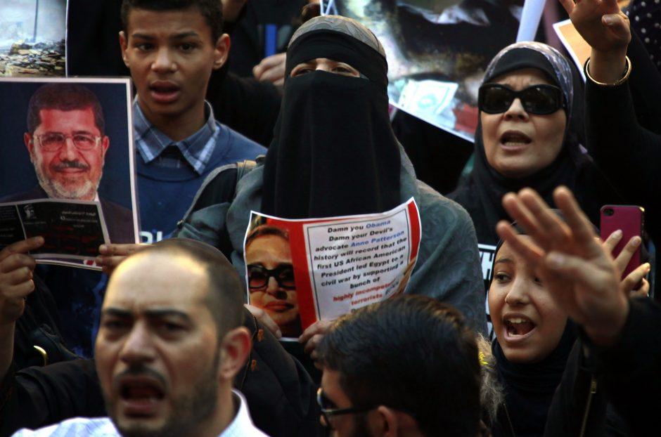 Egipto policijai išvilkus protestuotojus iš mečetės, islamiškos jėgos rengia naujas demonstracijas
