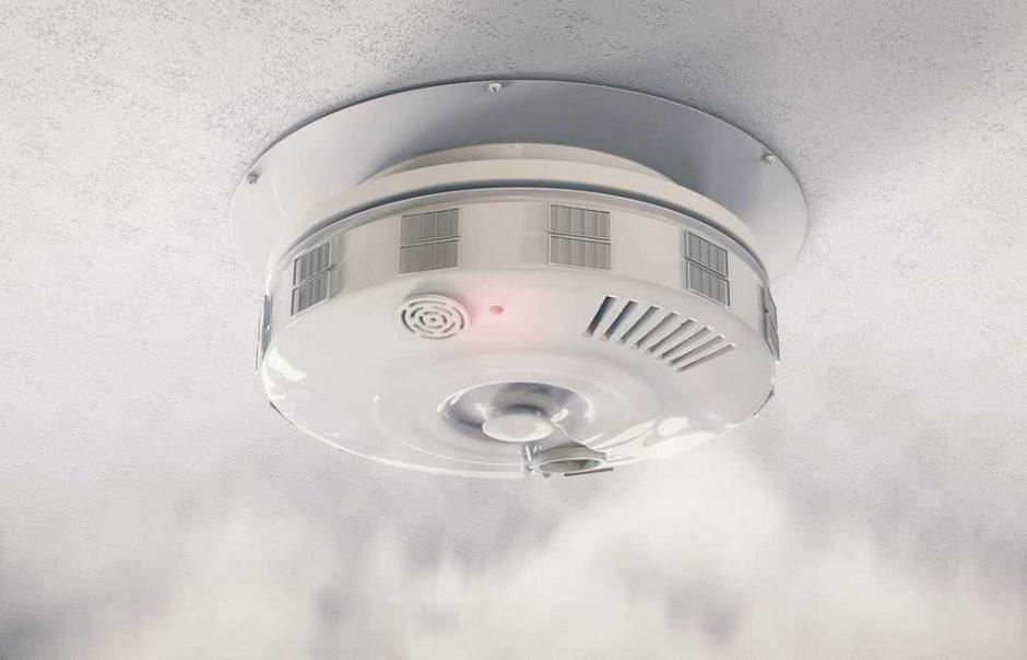 Tikrino, ar laikomasi naujo reikalavimo įsirengti dūmų detektorių