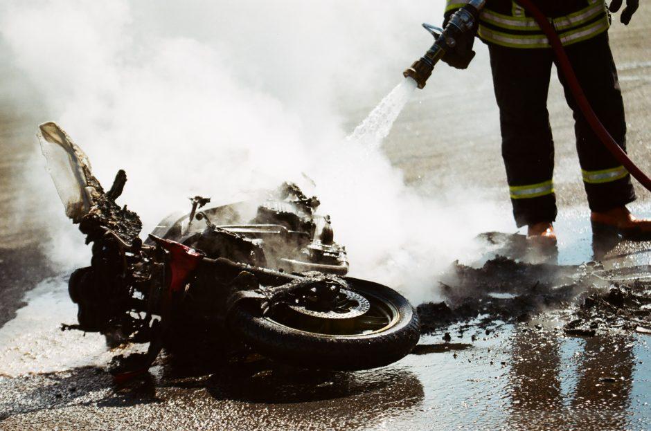 Sunkiai apgirtęs motociklininkas susidūrė su automobiliu