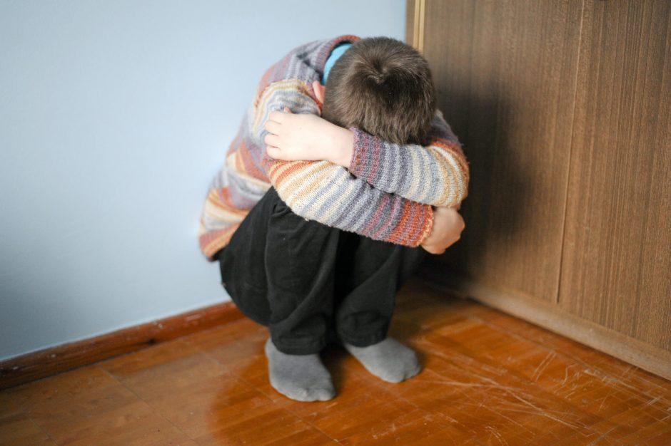 Į areštines uždaryti prieš savo vaikus smurtavę tėvai