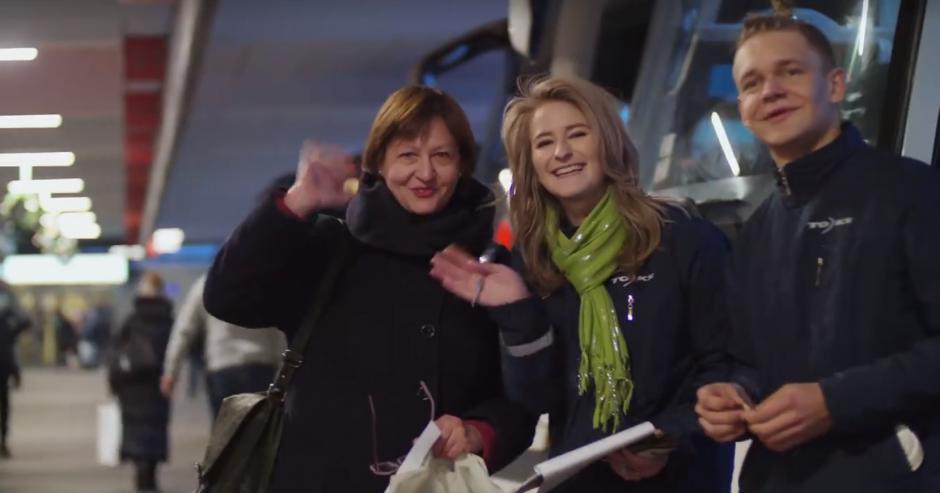 Autobusų stotyje šventinė staigmena sukėlė keleivių nuostabą