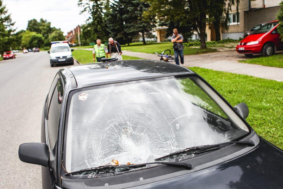 Dviratininkas trenkėsi į šalikelėje stovintį automobilį