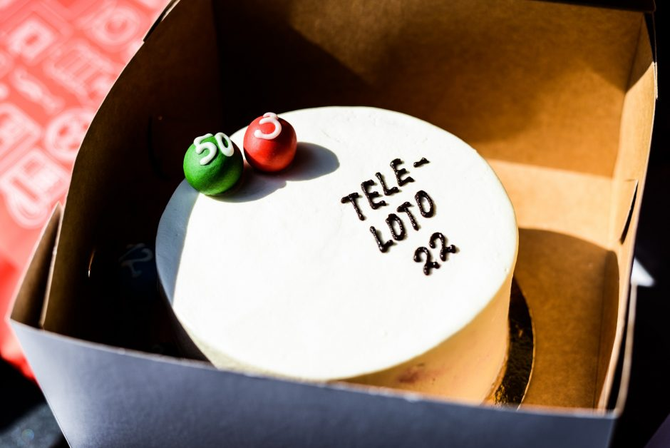 Jurgis Brūzga gavęs tortą iš Indrės Stonkuvienės rankų – uždainavo