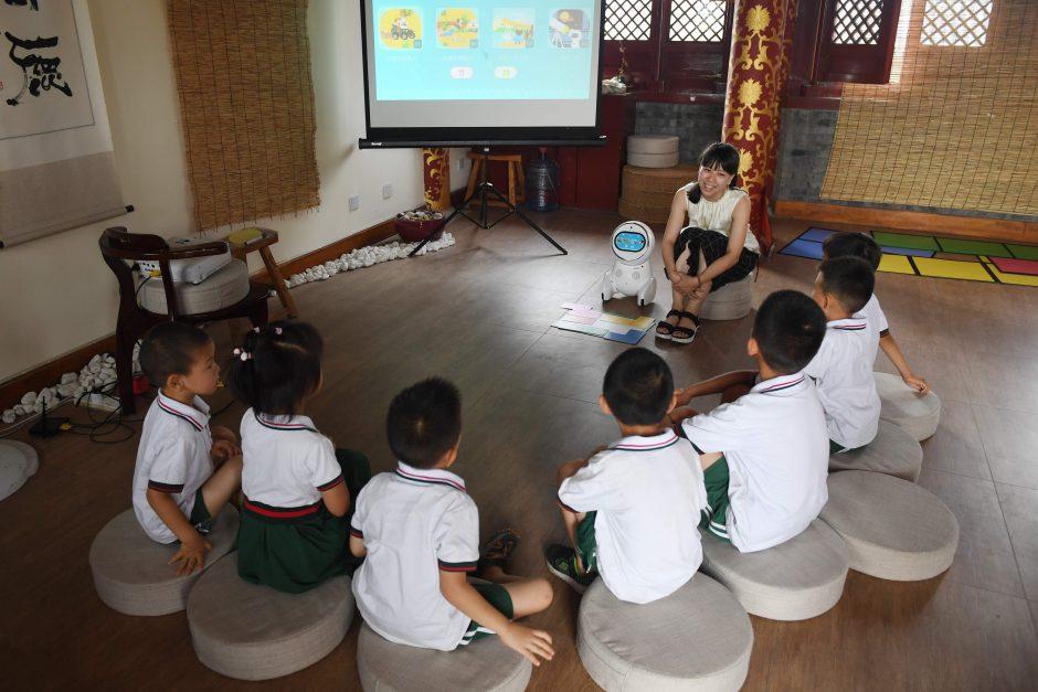 Į vaikų darželius veržiasi robotai mokytojai